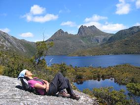Cradle Mountaint National Park - relaxing beside Dove Lake